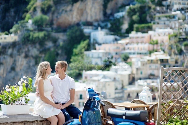 Jong glimlachend teder romantisch paar in Positano, Italië royalty-vrije stock foto