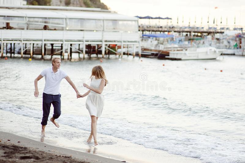 Jong glimlachend teder romantisch paar in Positano, Italië stock afbeelding