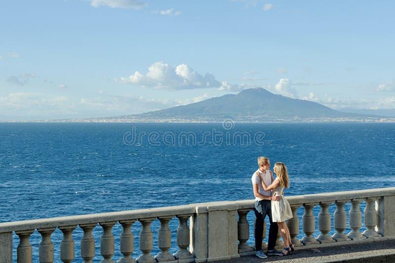 Jong glimlachend teder romantisch paar in Positano, Italië royalty-vrije stock afbeeldingen