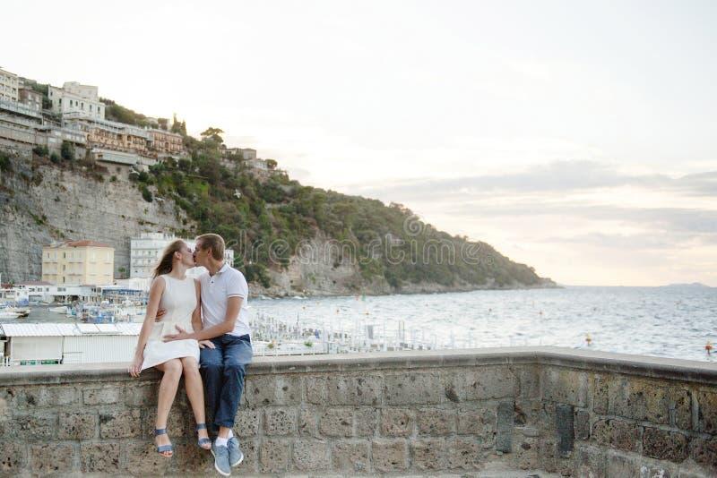 Jong glimlachend teder romantisch paar in Positano, Italië stock foto