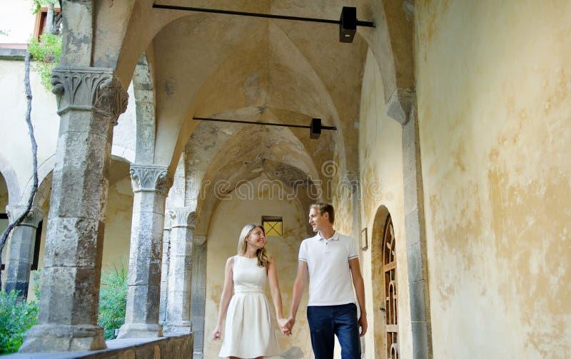 Jong glimlachend teder romantisch paar in Positano, Italië stock foto's