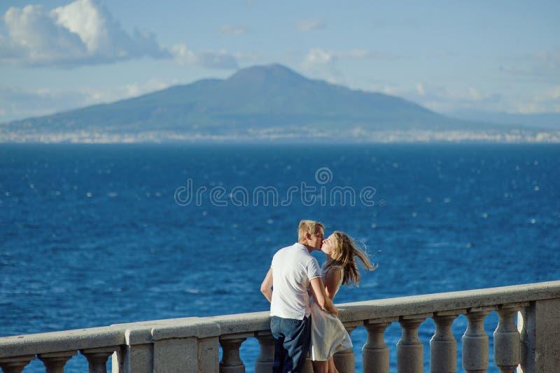 Jong glimlachend teder romantisch paar in Positano, Italië royalty-vrije stock fotografie