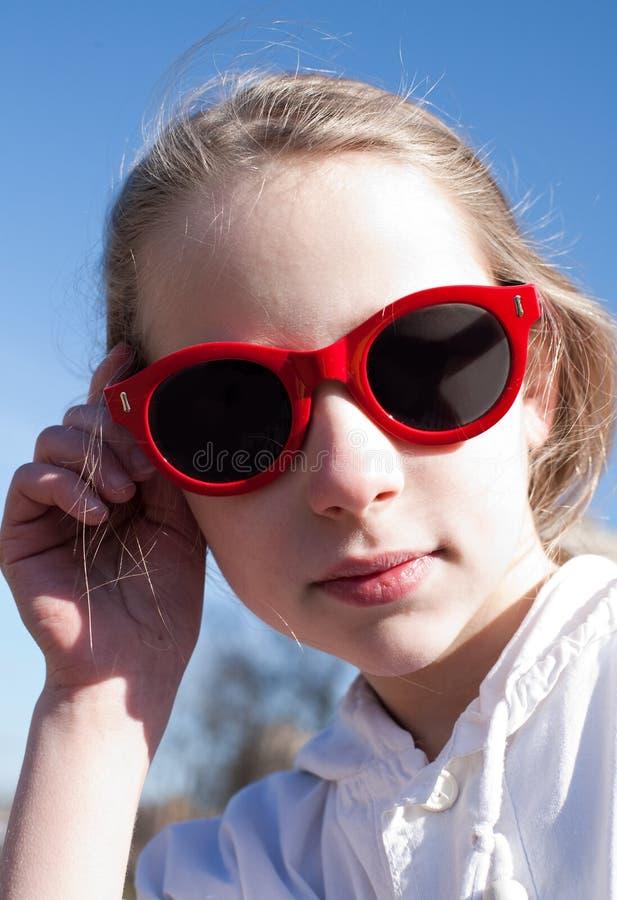 Jong grappig meisje in zonnebril royalty-vrije stock foto's
