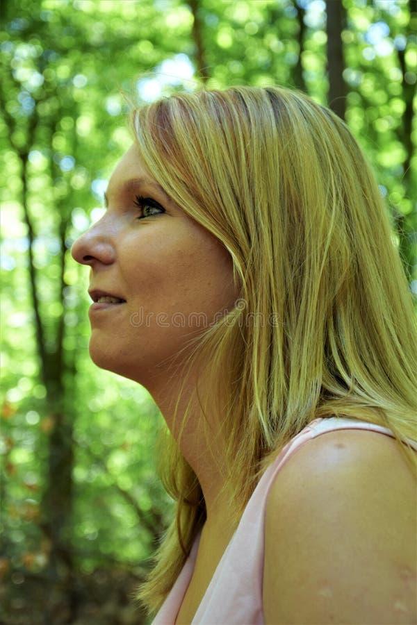 Jong het gezichtsprofiel van de blondevrouw ` s royalty-vrije stock foto's