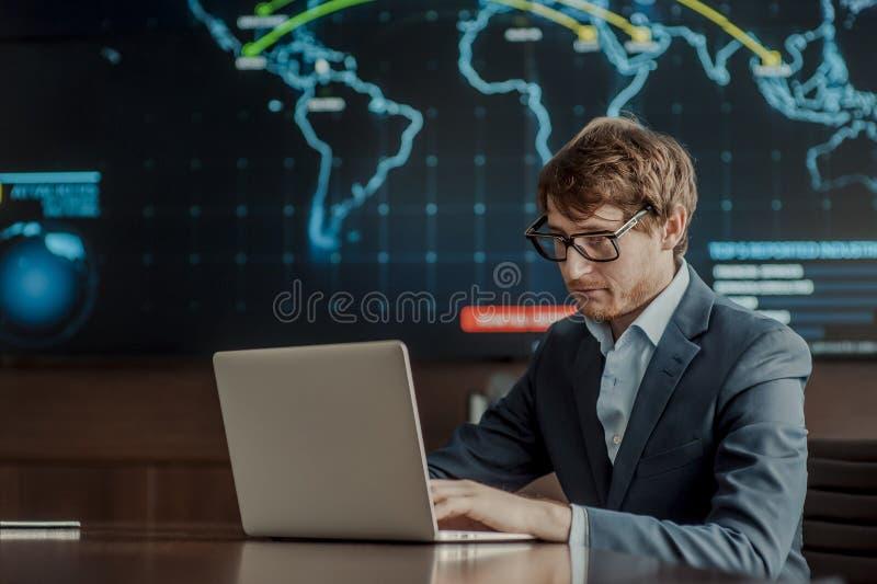 Jong het ingenieurs bedrijfsmens met dunne moderne aluminiumlaptop in de ruimte van de netwerkserver royalty-vrije stock afbeeldingen