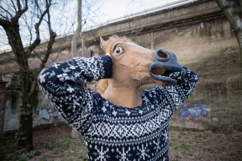 Jong het paardmasker van de hipstermens stock fotografie
