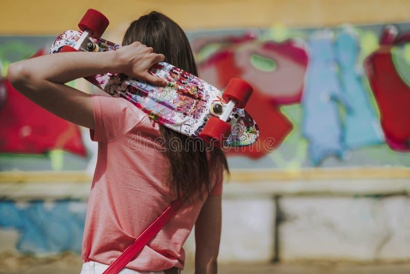 Jong hipstermeisje met kleurrijke stuiverraad royalty-vrije stock afbeelding