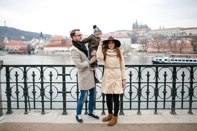 Jong hipsterpaar met baby die oude stadsstraten lopen royalty-vrije stock foto