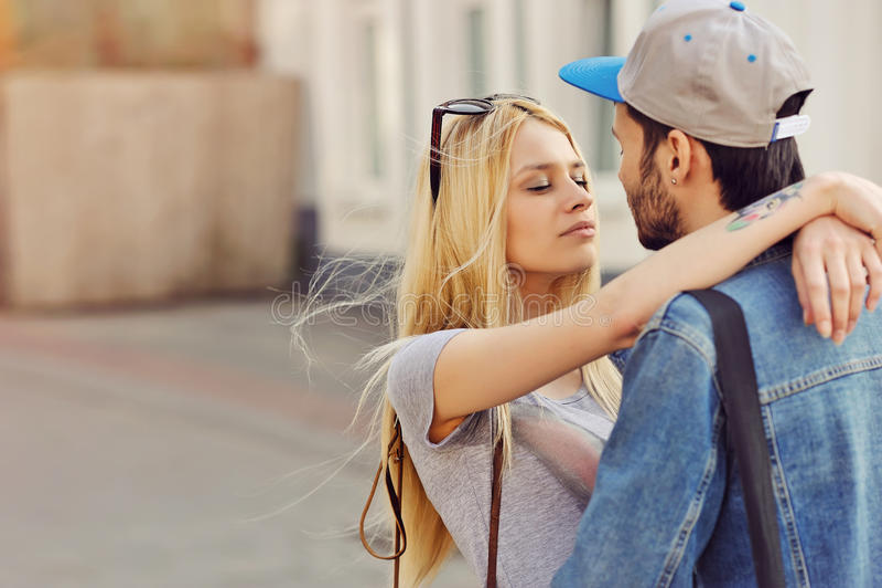 Jong hipsterspaar in liefde openlucht royalty-vrije stock foto