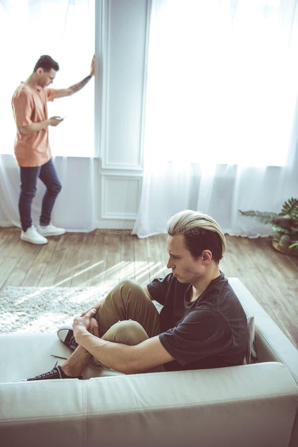 Jong homoseksueel paar die problemen in verhouding hebben royalty-vrije stock foto