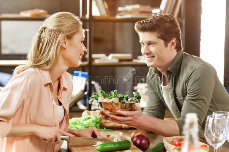 Jong houdend van paar die diner hebben stock afbeelding