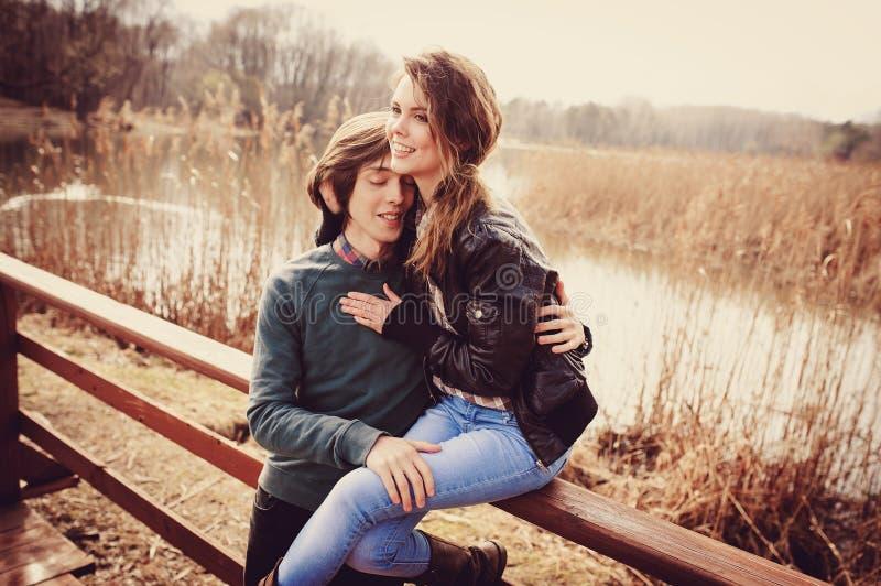 Jong houdend van paar die pret op de gang in de vroege lente hebben royalty-vrije stock fotografie