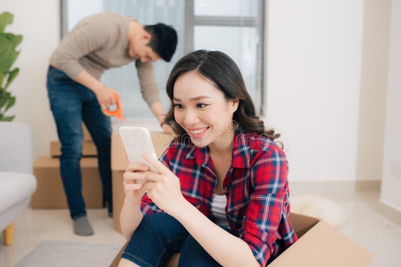 Jong houdend van paar die zich aan een nieuw huis bewegen Huis en familieconcept royalty-vrije stock foto's