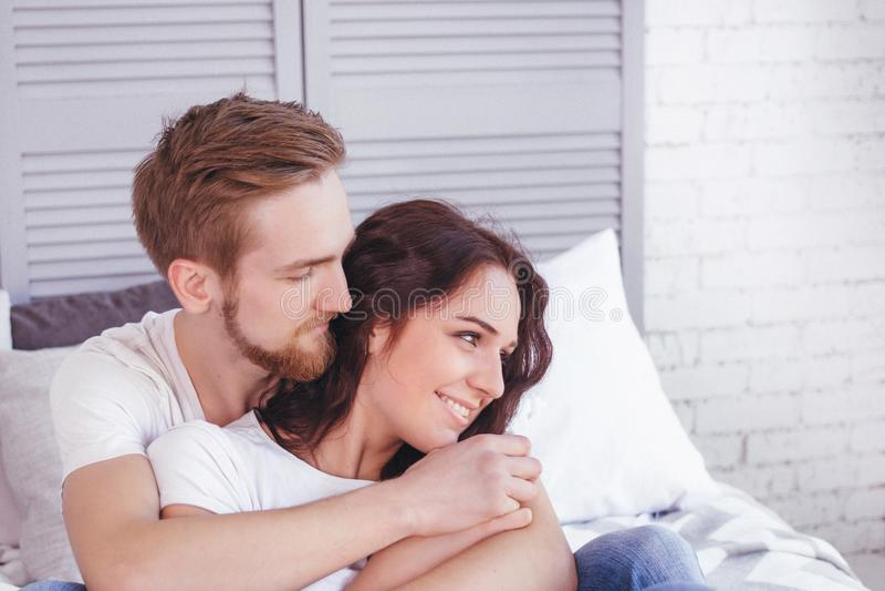 Jong houdend van paar in het bed stock foto's