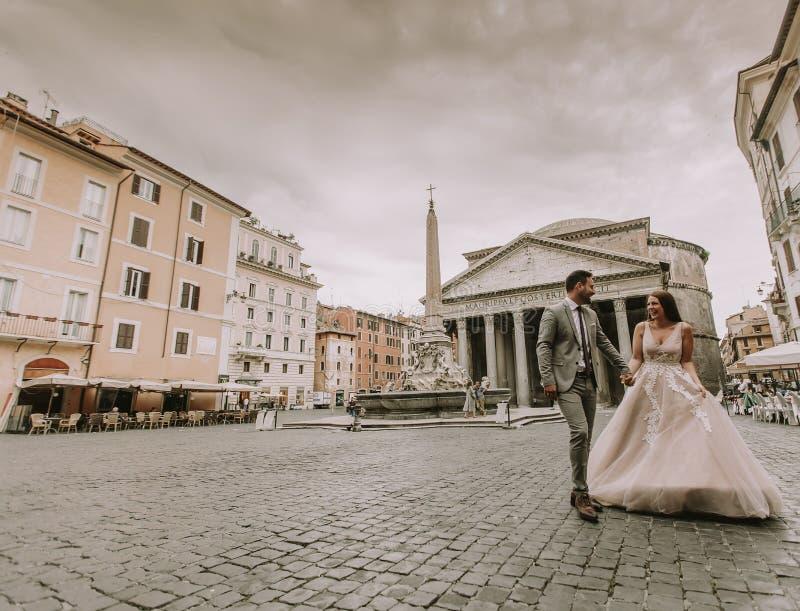 Jong huwelijkspaar door het Pantheon in Rome, Italië royalty-vrije stock foto's