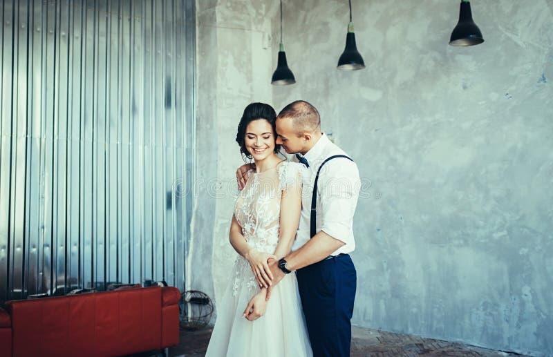 Jong huwelijkspaar in liefde stock afbeeldingen