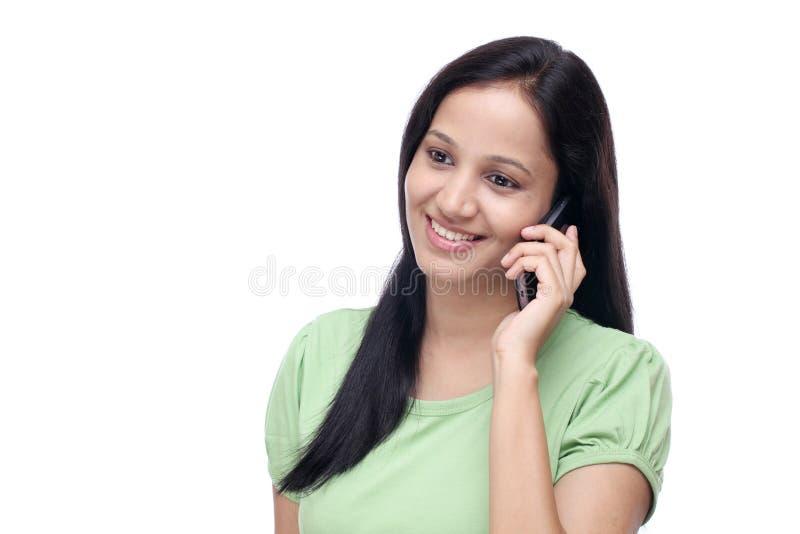 Jong Indisch meisje die op celtelefoon spreken royalty-vrije stock fotografie