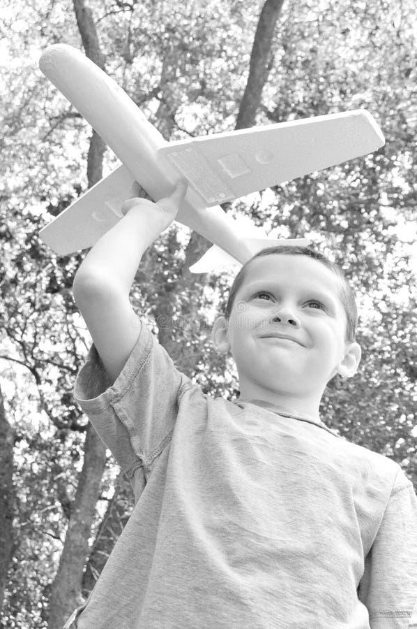 Jong jongens vliegend vliegtuig royalty-vrije stock fotografie