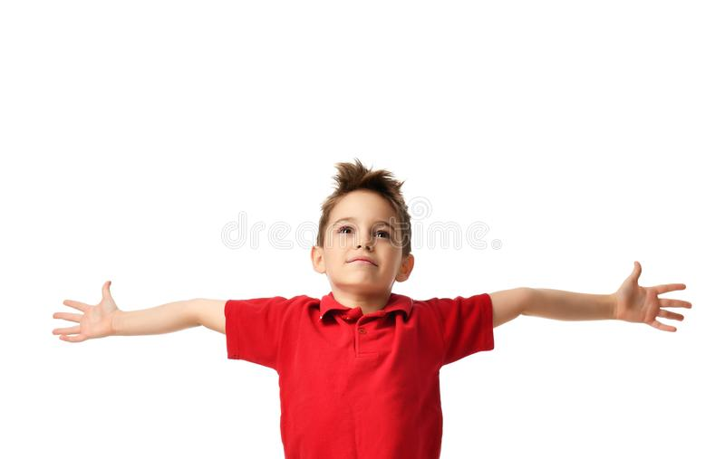 Jong jongensjong geitje in rode polot-shirt die het gelukkige glimlachen vieren die met handen het uitspreiden lachen royalty-vrije stock afbeelding