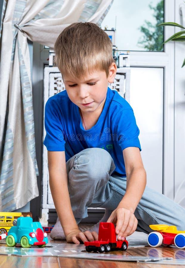 Jong jongensspel met auto's royalty-vrije stock afbeelding