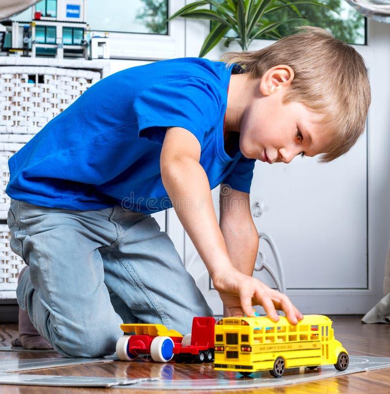 Jong jongensspel met auto's royalty-vrije stock foto's