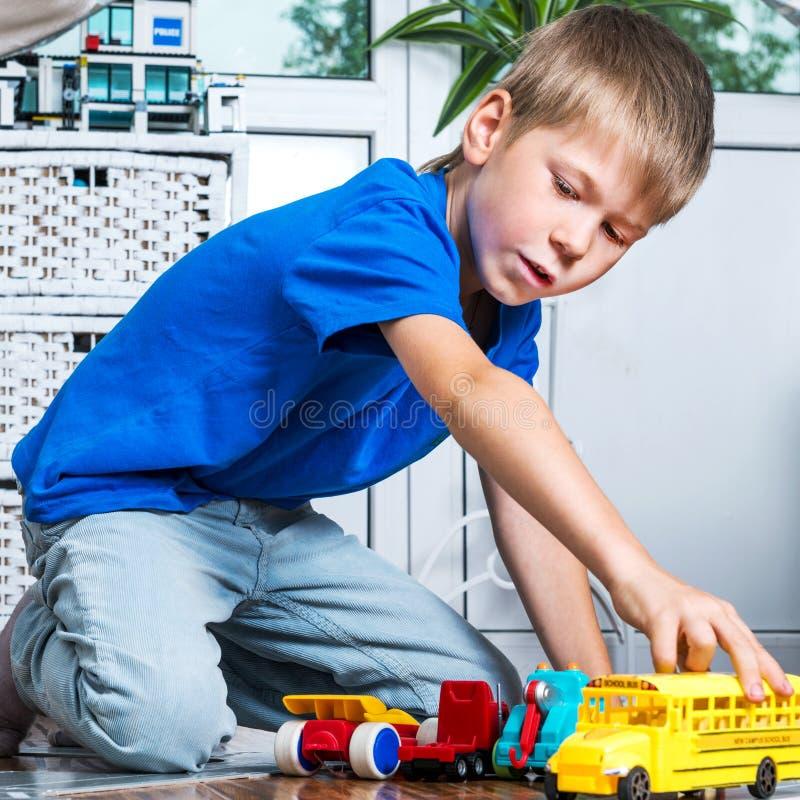 Jong jongensspel met auto's royalty-vrije stock afbeeldingen