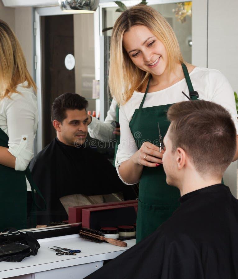 Jong kapper scherp haar van mannelijke tiener en het glimlachen royalty-vrije stock foto