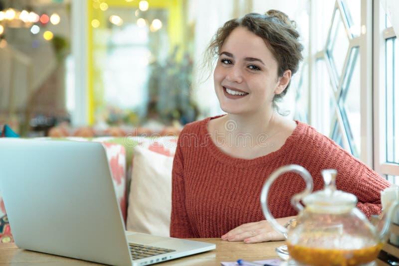Jong Kaukasisch aantrekkelijk glimlachend meisje een blije vrouw die o spreken stock foto's