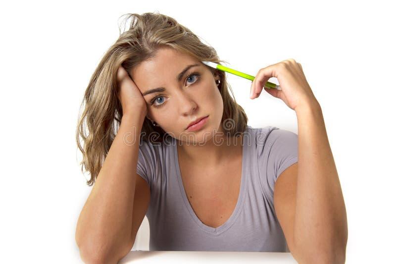Jong Kaukasisch aantrekkelijk studentenmeisje of werkende vrouwen blonde haar blauwe ogen die bij computerbureau droevig zitten i royalty-vrije stock afbeeldingen