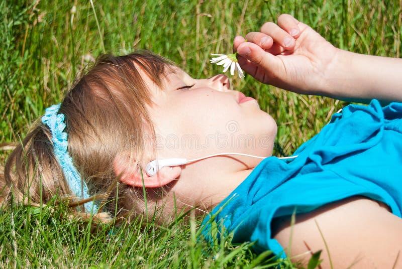 Jong Kaukasisch meisje dat aan muziek luistert royalty-vrije stock foto