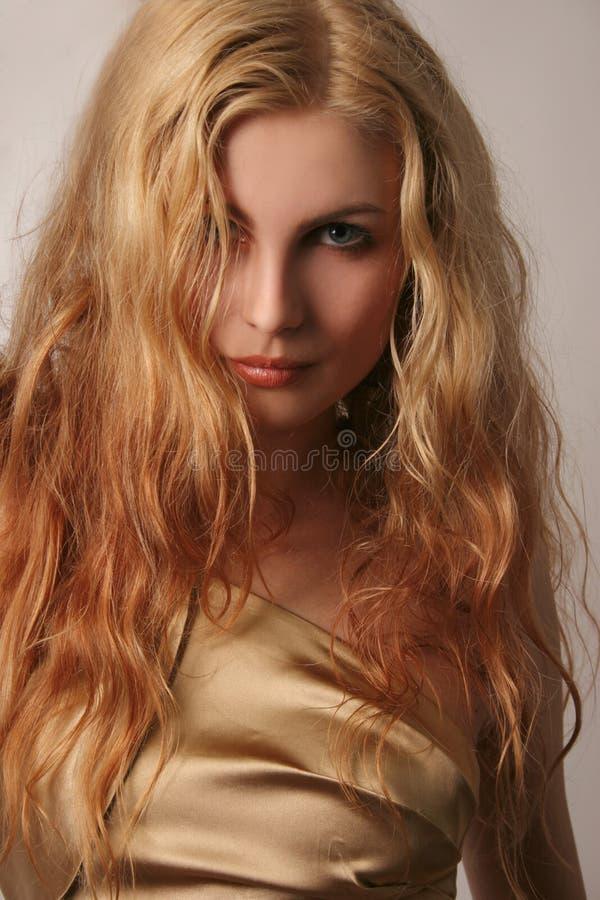 Jong Kaukasisch meisje in gouden manierkleding stock foto's