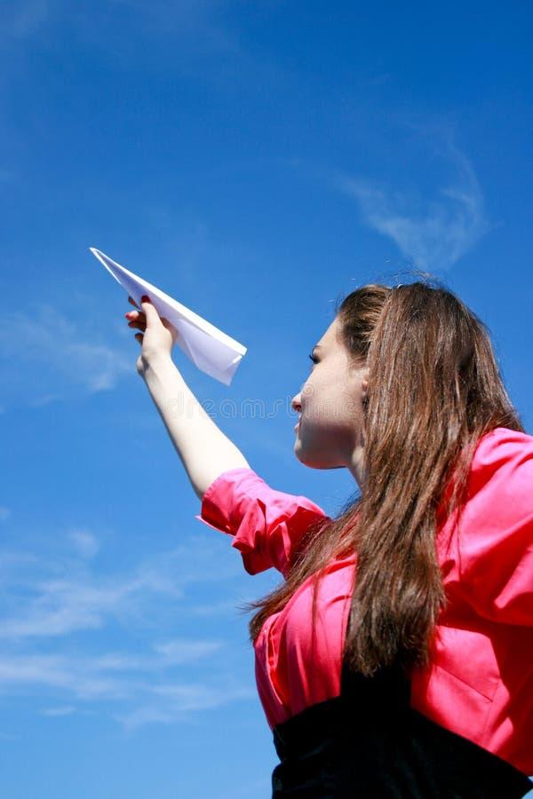 Jong Kaukasisch meisje met document vliegtuig in de hand stock fotografie