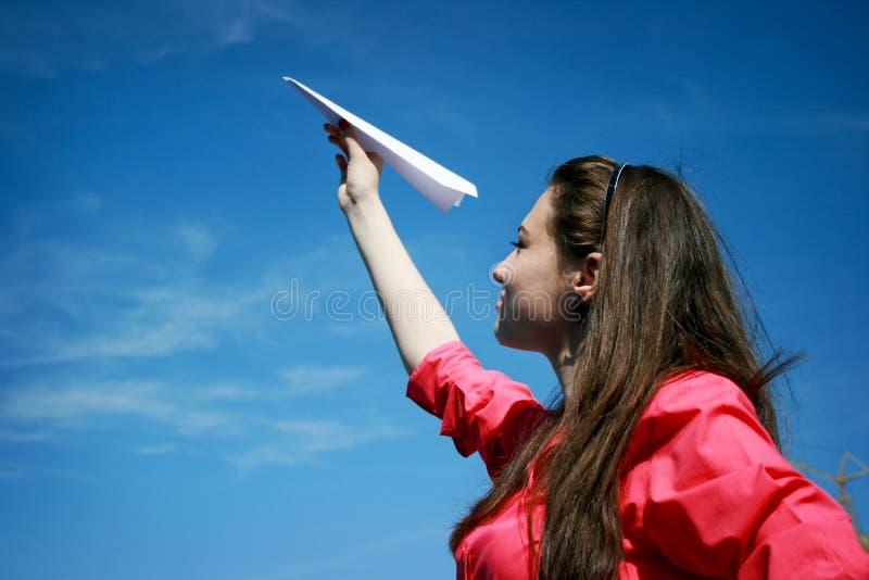Jong Kaukasisch meisje met document vliegtuig in de hand royalty-vrije stock afbeeldingen