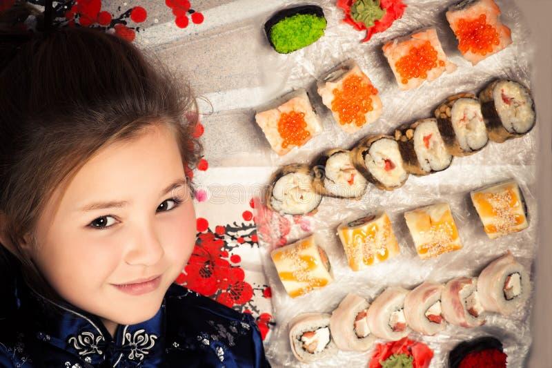 Jong Kaukasisch meisje met verschillende broodjes stock afbeelding