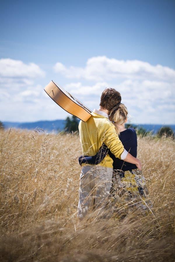 Jong Kaukasisch paar in liefde stock fotografie