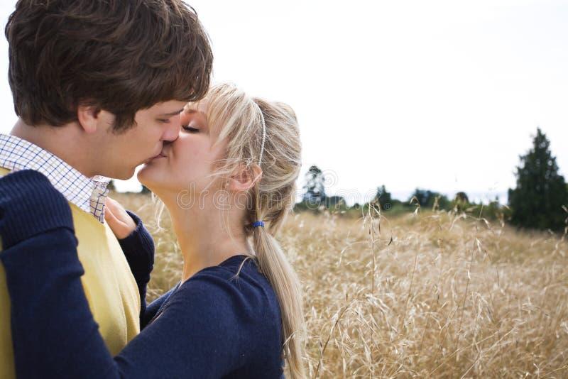 Jong Kaukasisch paar in liefde stock afbeeldingen