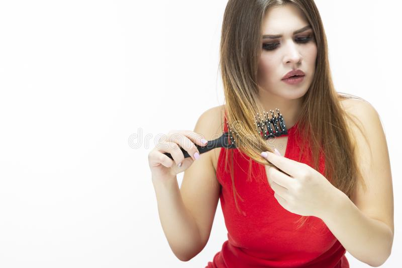 Jong Kaukasisch Wijfje die Haarproblemen hebben Het controleren van Haar in Haarborstel royalty-vrije stock fotografie