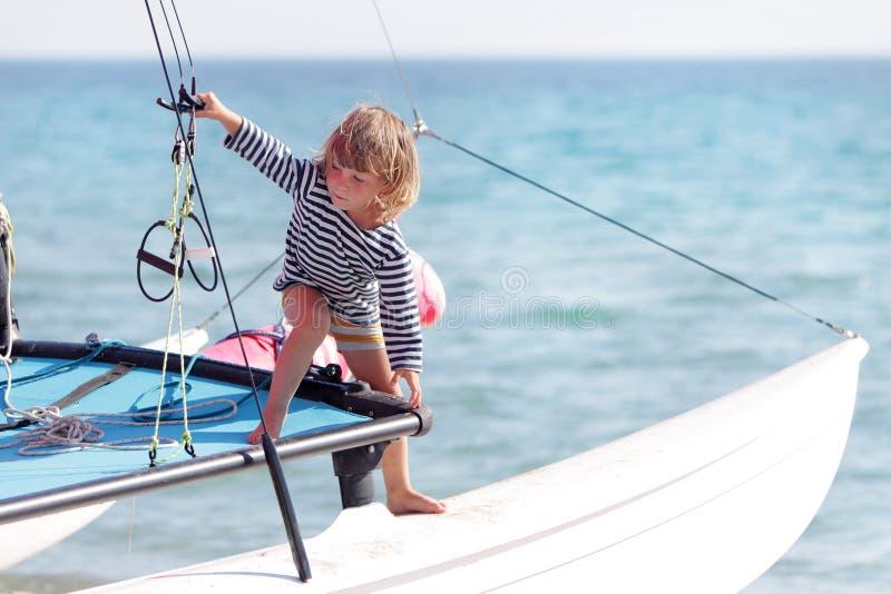 Jong kind aan boord van overzees jacht stock foto's
