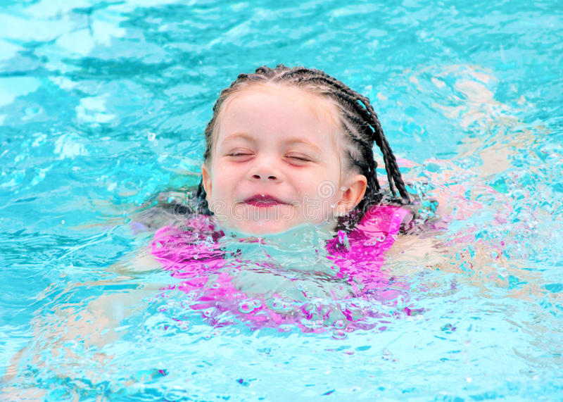 Jong kind dat in pool zwemt royalty-vrije stock afbeeldingen