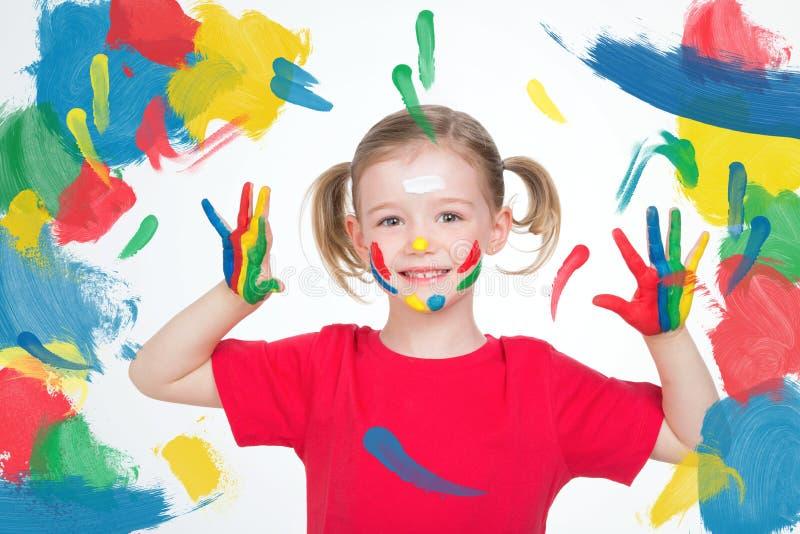 Jong kind die haar handen na haar kunstles tonen stock foto