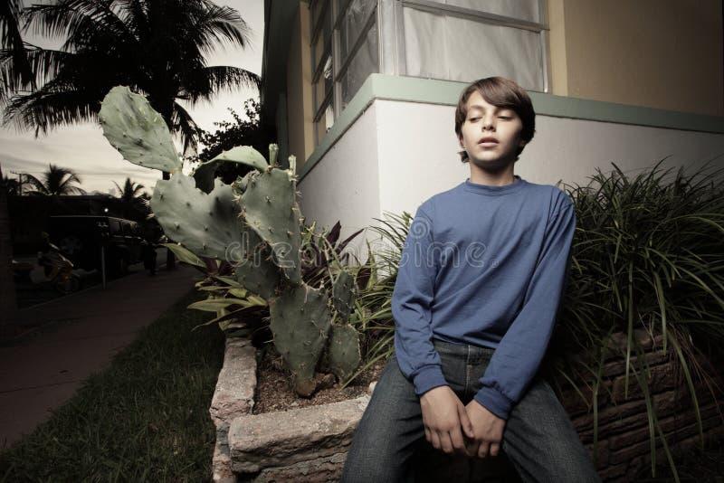 Jong kind en een cactusinstallatie royalty-vrije stock afbeelding