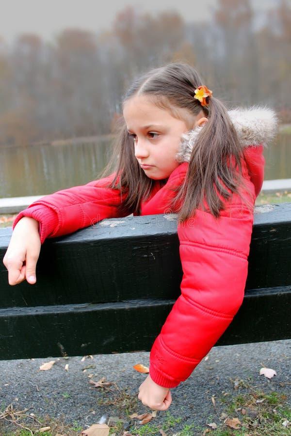 Jong kind met een telefoon stock foto