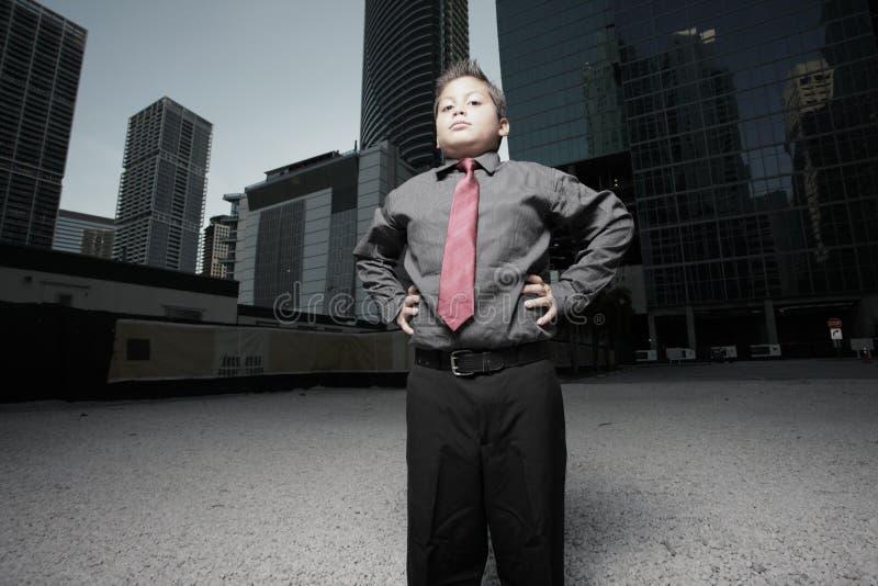 Jong kindzakenman in de stad stock afbeelding