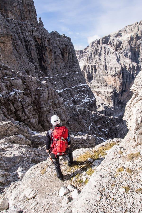 Jong klimmermeisje hoog in de bergen stock foto's