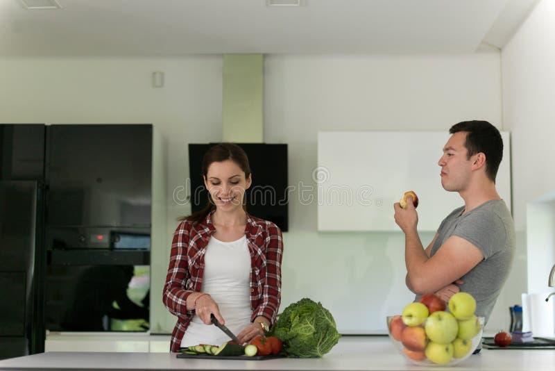 Jong knap paar in de keuken royalty-vrije stock fotografie