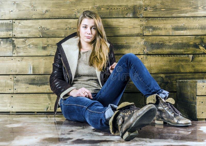 Jong langharig meisje in een leerjasje royalty-vrije stock afbeeldingen