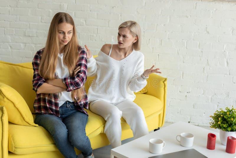 Jong lesbisch paar in ruzie, die vrijetijdskleding dragen royalty-vrije stock fotografie