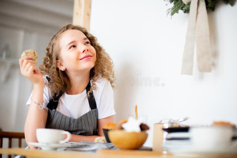 Jong leuk meisje die haver koekje en het glimlachen eten Familieliefde en zorgconcept royalty-vrije stock fotografie