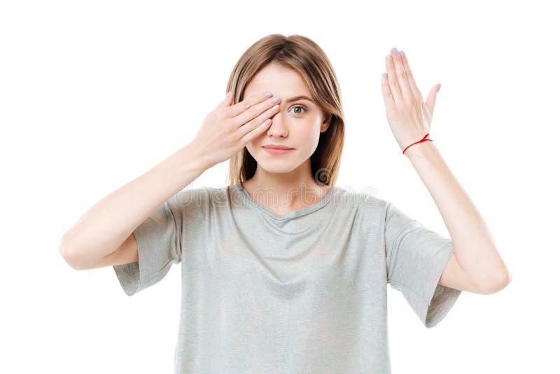 Jong leuk meisje die ogen behandelen stock foto