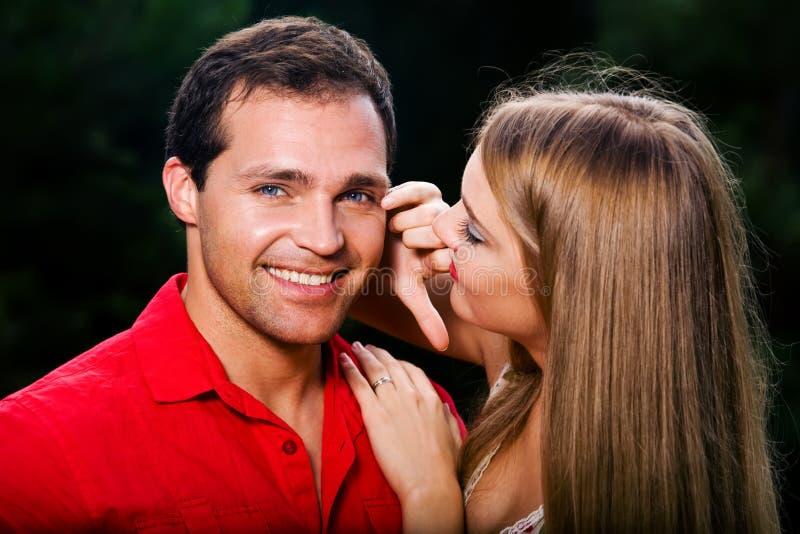 Jong liefdepaar dat in openlucht glimlacht royalty-vrije stock fotografie